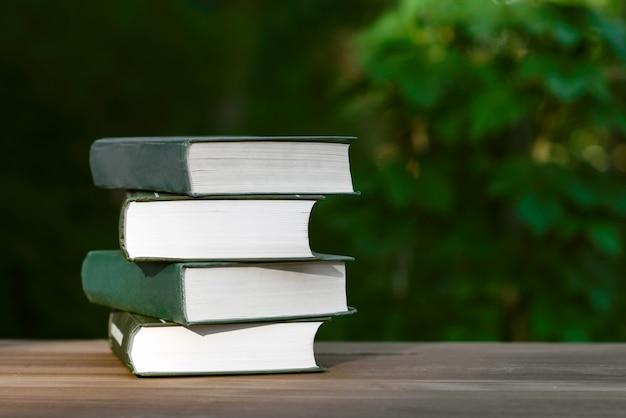 Bücher lesen oder trainieren Premium Fotos