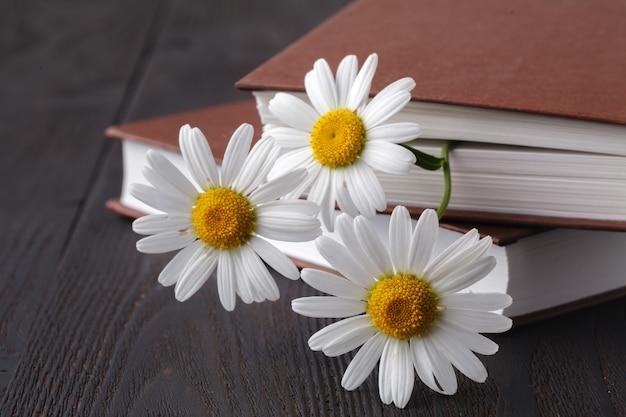 Bücher mit blumenstrauß Premium Fotos