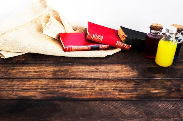 Bücher mit leinenmaterial und tränken auf dem schreibtisch Kostenlose Fotos