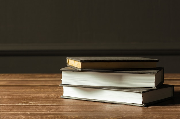 Bücher nah oben auf altem holztisch Premium Fotos