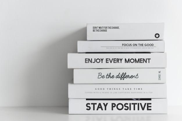 Bücher stapeln auf weißem hintergrund Premium Fotos