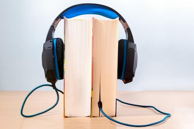 Bücher und moderne kopfhörer Premium Fotos
