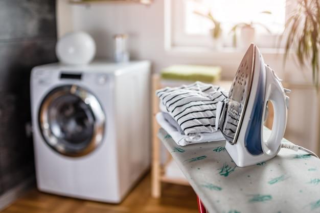 Bügeln in der waschküche Premium Fotos