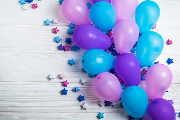 Bündel bunte partyballone mit papiersternen Premium Fotos