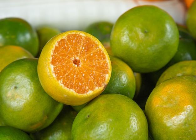 Bündel frische grüne orangen Premium Fotos