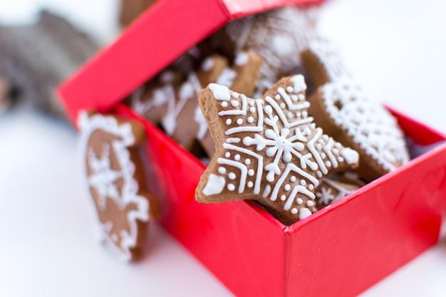 Bündel traditioneller weihnachtslebkuchen mit zuckerglasur in einem roten papierkasten Kostenlose Fotos