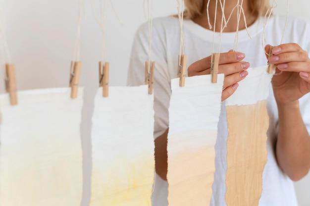 Bündel tücher mit natürlichen pigmenten gefärbt Kostenlose Fotos