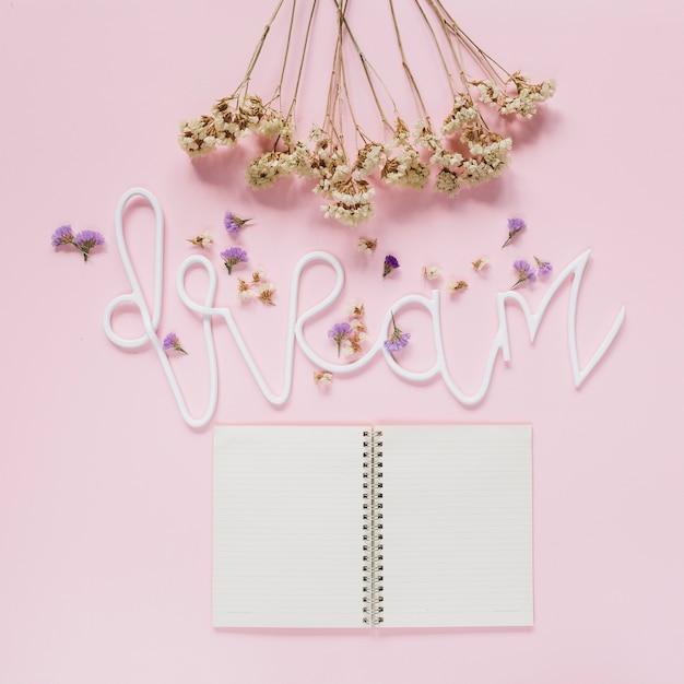 Bündel und lavendel der weißen blumen blüht auf traumtext mit einem offenen tagebuch über rosa hintergrund Kostenlose Fotos