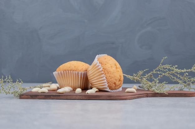 Bündel weicher kekse mit cashewnüssen auf holzbrett. hochwertiges foto Kostenlose Fotos