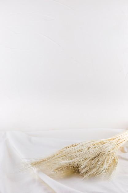 Bündel weizen auf hellem gewebe Kostenlose Fotos