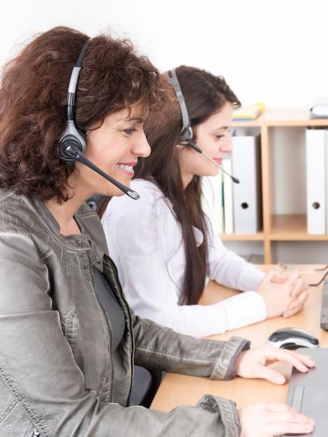 Büro-call-center-frauenunterstützung im telefon für kundendienst und hilfe Premium Fotos
