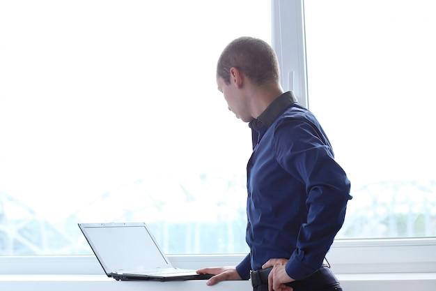 Büro. ernster mann bei der arbeit Kostenlose Fotos