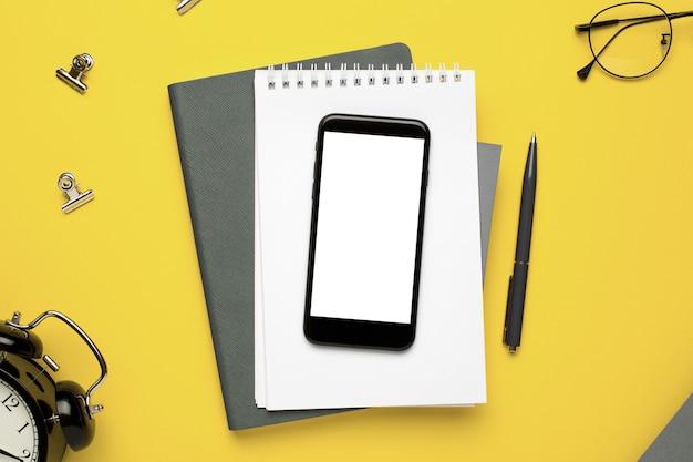 Büro notebook, handy, brille und papiere Premium Fotos
