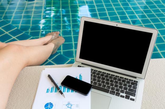 Büro-schreibtisch mit einem laptop Kostenlose Fotos