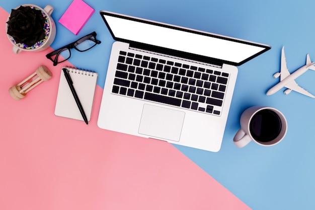 Büroarbeitsplatz mit leerem laptop und klemmbrett in der flachen lage Premium Fotos