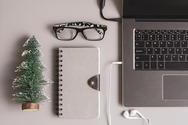 Büroarbeitsplatzdesktop der frohen weihnachten und guten rutsch ins neue jahr Premium Fotos