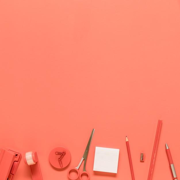 Bürobriefpapier auf rotem hintergrund Kostenlose Fotos