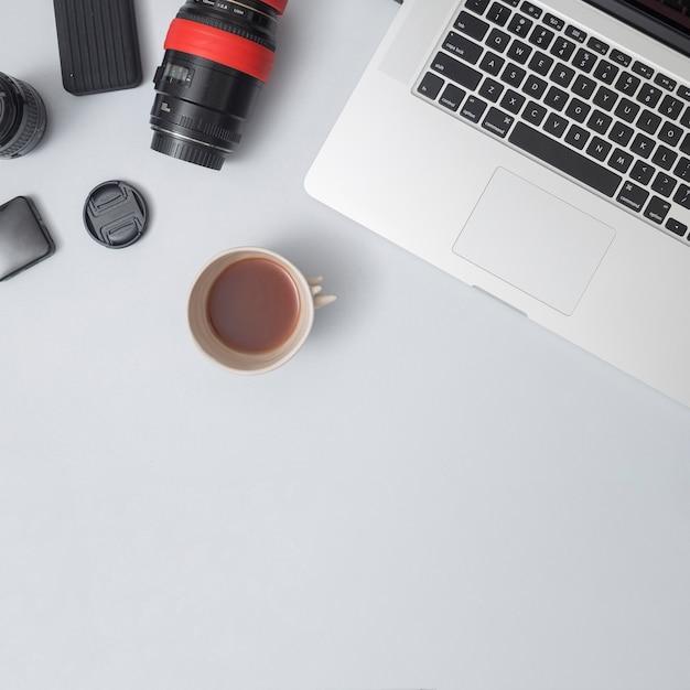Bürodesktop mit einem laptop und anderen elementen Kostenlose Fotos