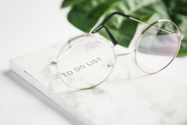 Bürodesktop mit einer brille Kostenlose Fotos
