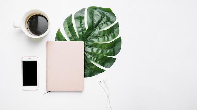 Bürodesktop mit handy Kostenlose Fotos