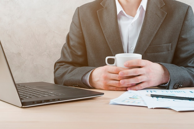 Bürodesktop mit laptop und einem geschäftsmann Kostenlose Fotos