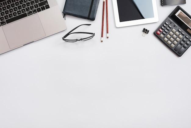 Bürodesktop mit laptop und einem taschenrechner Kostenlose Fotos