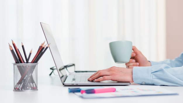 Bürodesktop mit laptop und einer kaffeetasse Kostenlose Fotos