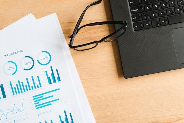 Bürodesktop mit laptop und gläsern Kostenlose Fotos