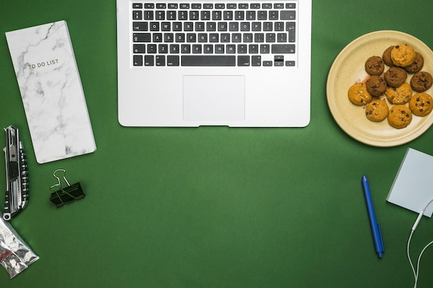 Bürodesktop mit laptop Kostenlose Fotos