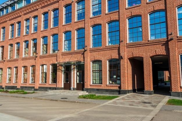 Bürogebäude aus rotem backstein im yard der alten fabrik Premium Fotos