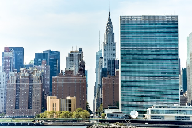 Bürogebäude und wohnungen auf der skyline bei sonnenuntergang. immobilien- und reisekonzept. manhattan, new york city, usa. Premium Fotos