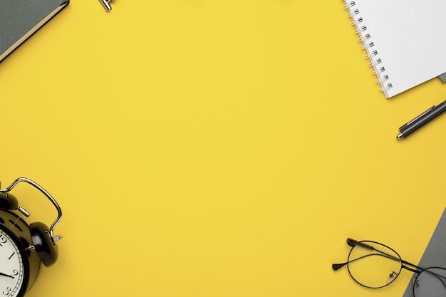 Büroheft, wecker, brille und papiere Premium Fotos