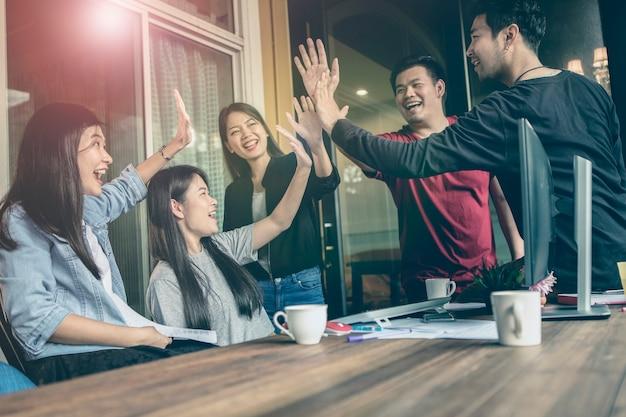 Büroleben, glückgefühl des freiberuflich tätigen teams, das im jobprojekt erfolgreich arbeitet Premium Fotos