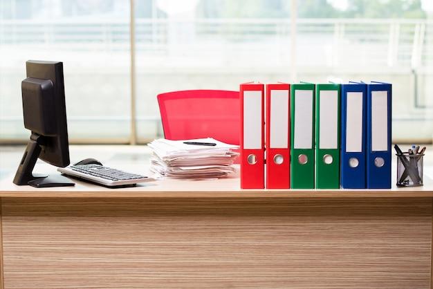 Büromappen auf dem schreibtisch Premium Fotos