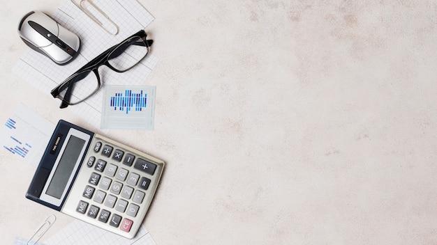 Büromaterial auf einem tisch mit einem platz Kostenlose Fotos