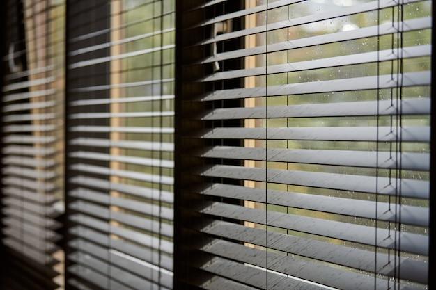 Bürorollos. moderne hölzerne jalousie. steuerung der beleuchtungsreichweite im büro-besprechungsraum. Premium Fotos