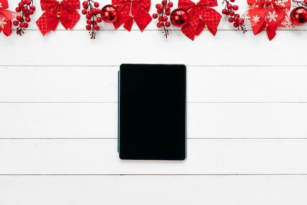 Bürotisch mit geräten, zubehör und weihnachtsdekor. von oben betrachten Premium Fotos