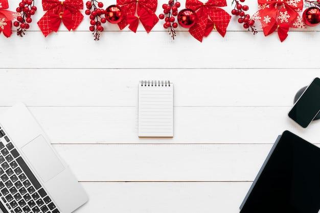 Bürotisch mit geräten, zubehör und weihnachtsdekor Premium Fotos