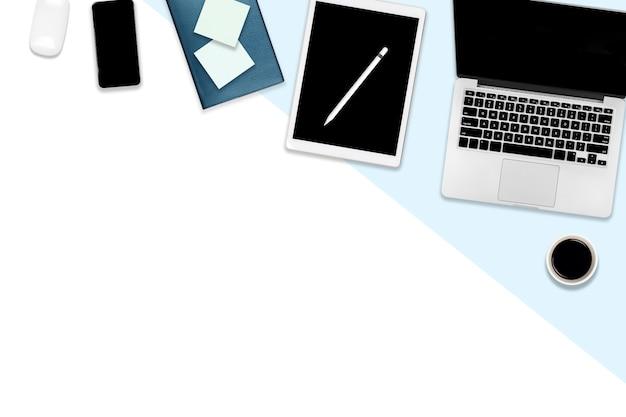Bürotisch mit laptop-computer, digitaler tablette, handy und zubehör. Premium Fotos