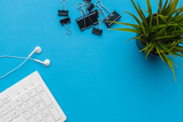Bürotischschreibtisch mit versorgungen auf blauem, draufsicht- und kopienraum für text Premium Fotos