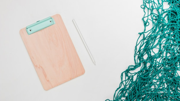 Bürowerkzeuge und fischernetz auf weißem hintergrund Kostenlose Fotos