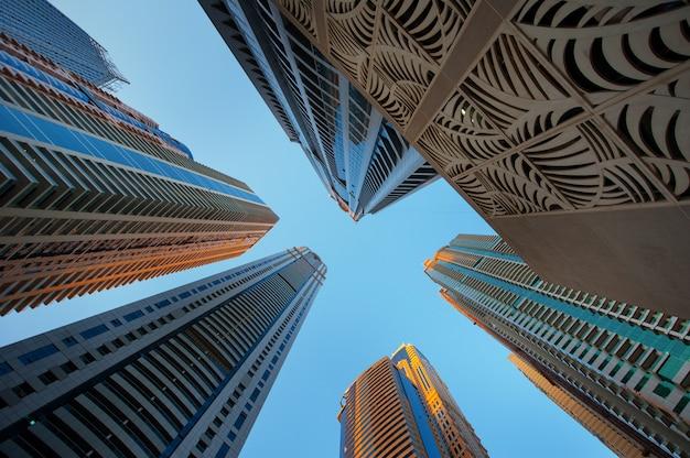 Bürowolkenkratzer auf dem himmel Premium Fotos