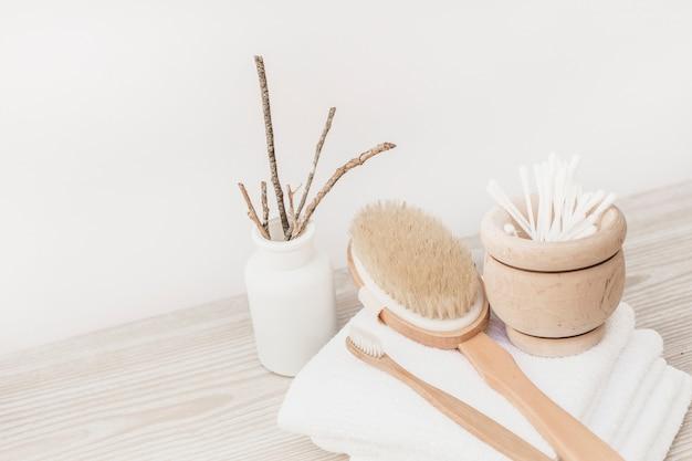 Bürste; handtuch und wattestäbchen auf holzoberfläche Kostenlose Fotos
