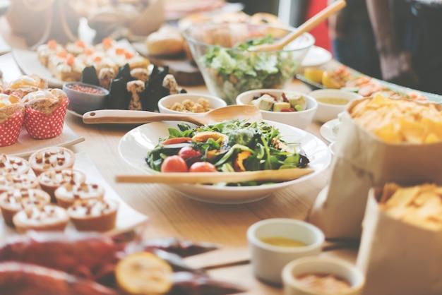 Buffet-brunch-lebensmittel, das das festliche café speist konzept isst Premium Fotos