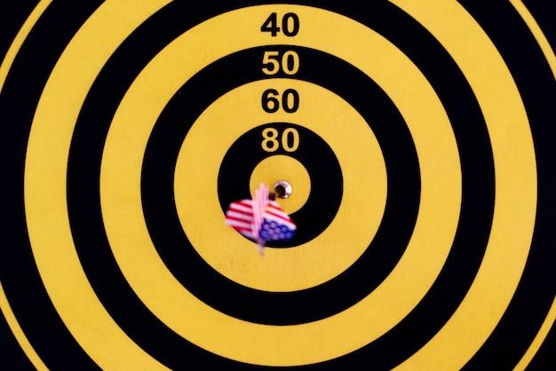 Bullseye-score auf einer dartscheibe Kostenlose Fotos