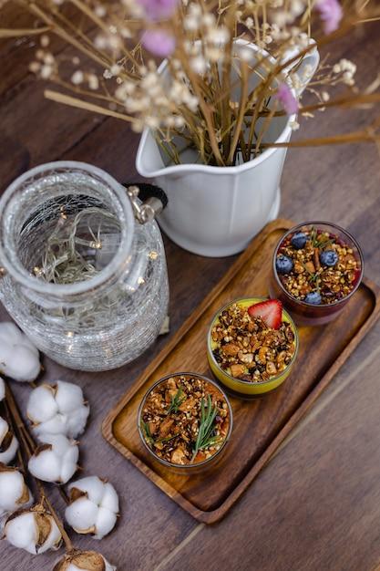 Bunt gesundes frühstück süße desserts wenige verschiedene chia pudding in gläsern auf holztisch in der küche zu hause. Kostenlose Fotos