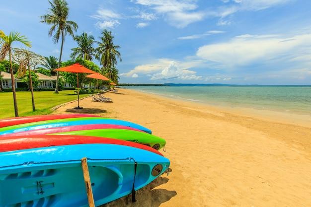 Bunt von den kajaks im tropischen strand auf koh mak-insel, trat-provinz, thailand Premium Fotos