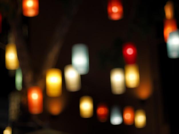 Bunt von der schönen traditionellen lampenlaterne im dunklen unschärfeschwarzhintergrund Premium Fotos
