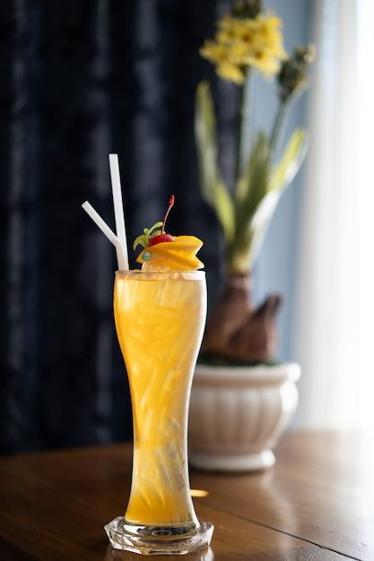 Bunte alkoholfreie getränke, cocktail im langen transparenten glas Premium Fotos