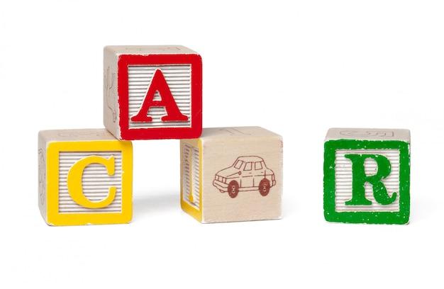 Bunte alphabetblöcke. wortauto getrennt auf weiß Premium Fotos